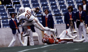 1977 Photo Tom Lankes   Earl Campbell, UT, runs over an SMU player on his way to the Heisman Trophy.  ORG XMIT:
